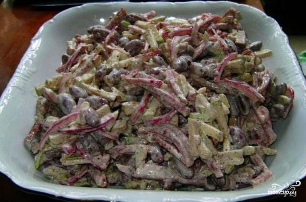 Рецепт салата с копчёной колбасой и сухариками